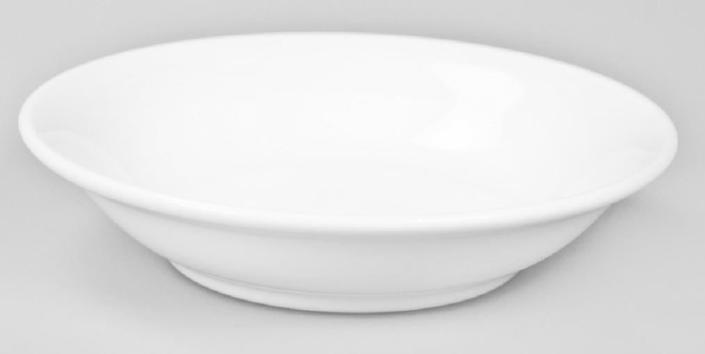 Миска для фруктов Narumi, 250 млРП-9795-1451Фарфоровые изделия из Японии маркируются на донышке обозначением «CHINA. Made in Japan».«CHINA»-это международное обозначение высококачественного фарфора, происходящее от искаженного титула китайского императора,владеющего монополией на производство фарфора. Обозначение «Bone China» соответствует утонченному и изысканному костяному фарфору,популярность которого сейчас высока как никогда. Посуда из костяного фарфора этой фирмы имеет оригинальные формы, которые выделяют его среди продукции других фабрик. Продукцию этойфабрики характеризует значительная доля высококвалифицированного ручного труда, именно поэтому фарфор представляет собой высокийуровень, проявляющийся в изделиях для повседневного использования и праздничных ситуациях. Строгому контролю подвергаются все стадии подготовки сырьевого материала. Точно подготовленная смесь сырья является основной дляполучения после обжига высококачественных и стойких фарфоровых изделий, имеющих характерный блеск и прозрачную белизну на колефарфора. Объединение ручного мастерства и дизайнерской идеи создает декоры, которые подчёркивают особую индивидуальность каждой формы. Сампроцесс изготовления также сопровождается контролем качества на всех стадиях. Наряду с нанесением золотой, либо серебряной кромки напосуде вручную для многих декоров применяется особая традиционная техника печати. С помощью выполненных вручную штампов наносятсятонкие орнаменты из драгоценных металлов. Для получения характерного матового (шёлкового) блеска драгоценные металлы на изделияхполируются вручную .После совершения примерно 70 ручных рабочих операций каждый предмет проходит процесс финального контроля, прикотором особенно тщательно проверяется его качество как целого изделия. В продажу поступает фарфор только высокого качества, отличающий уже много лет традиционную марку «NARUMI».Костяной фарфор фабрики «NARUMI» можно мыть в посудомоечной машине.