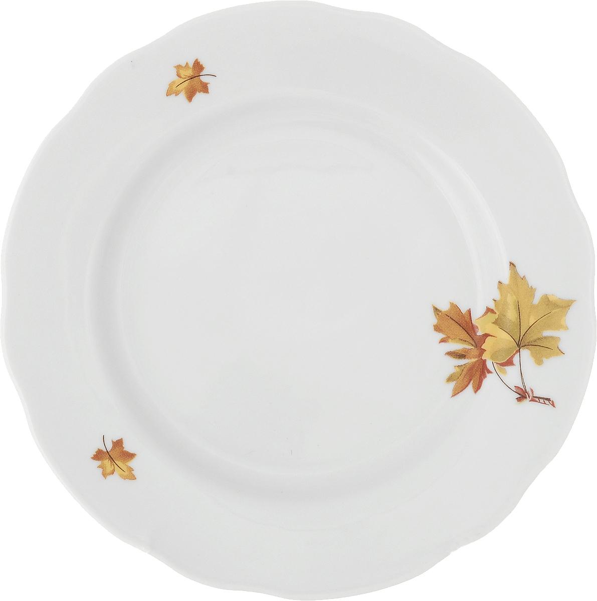 """Тарелка мелкая Дулевский Фарфор """"Клен"""" выполнена из высококачественного фарфора, покрытого глазурью. Изделие дополнено красочным рисунком, а также имеет вырезной край. Тарелку можно использовать для сервировки различных блюд."""
