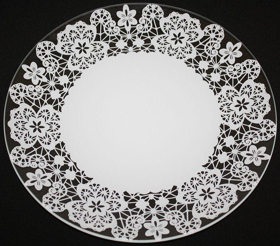 Тарелка NiNaGlass Кружево 2, цвет: белый, диаметр 30 см85-300-142пб2Тарелка NiNaGlass Кружево выполнена из высококачественного стекла и декорирована под Вологодское кружево. Тарелка идеальна для подачи вторых блюд, а также сервировки закусок, нарезок, салатов, овощей и фруктов. Она отлично подойдет как для повседневных, так и для торжественных случаев. Такая тарелка прекрасно впишется в интерьер вашей кухни и станет достойным дополнением к кухонному инвентарю.