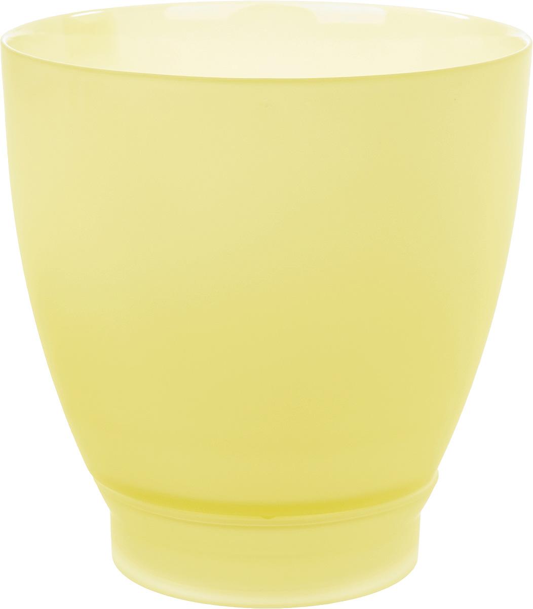 Продукция завода под брендом NinaGlass известна российскому потребителю необычностью форм и оригинальным декорированием. Главным достоинством стеклянных горшков является отсутствие пористости на их внутренней поверхности, что делает безопасной смену растительного состава.  Предприятие производит два вида изделий для флористов:   - стеклянные цветочные горшки с отверстием в дне для посадки в них цветов и растений и подставкой под горшок в виде блюдца; - кашпо без отверстия для укладки в них пластиковых контейнеров с цветами и растениями. Горшки и кашпо изготавливаются из опалового триплексного (тройного) стекла с различными видами декорирования водо- и износостойкими красками. Возможна окраска изделий изнутри. Матовая поверхность и окраска изнутри создают объемный эффект, а сами цвета очень мягкие и приятные. Также интересны и формы изделий, выполненные методом центробежного формования:  - горшки НТ - современная модель горшка с поддоном, которые смотрятся как единое целое и обладают устойчивым широким дном; - кашпо НТ - глубокие, с небольшим радиусом выпуклости, хорошим широким дном.  Кашпо-подсвечники в форме куба можно считать дополнительной опцией: вы можете оформить интерьер не только оригинальными горшками и кашпо, но также весьма привлекательными подсвечниками. Доступны 5 размеров горшков и кашпо и 3 размера кашпо-кубов.  Продукция TM NinaGlass безопасна, функциональна, прочна и уникальна. Горшки и кашпо способны создать неповторимое настроение и стать центром интерьера в любом помещении.
