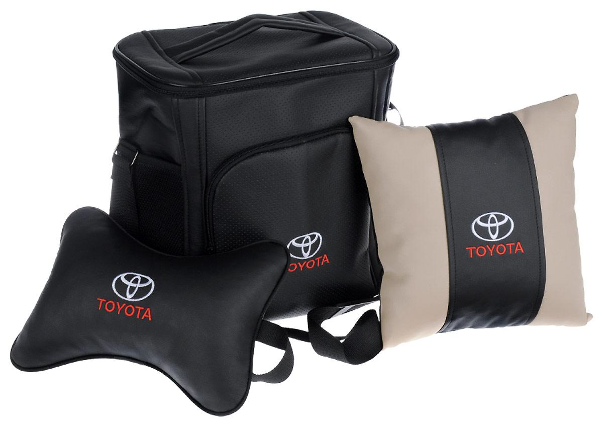 Подарочный набор автомобилисту Auto Premium Toyota, 3 предмета. 6741367413Подарочный набор Auto Premium состоит из термосумки объемом 20 л, декоративной подушки в салон автомобиля и подушки на подголовник. При производстве используются качественные и износостойкие материалы, что позволяет долгое время сохранять презентабельный внешний вид изделия. Подушка на подголовник будет удобна в использовании как водителю, так и пассажиру. Все изделия выполнены в едином стиле, с нанесением вышивки марки автомобиля. Такой набор будет великолепным подарком друзьям или родственникам. Вы так же с легкостью сможете подчеркнуть свою индивидуальность.