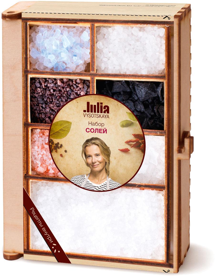 Соль действительно способна изменить вкус блюда. В этом наборе собраны удивительные виды соли: розовая гималайская, голубая персидская, кала намак, халит, а также морская соль пирамидками и черная соль. Такой сундучок украсит любую кухню и станет приятным подарком любителям кулинарных экспериментов. Рецепты от Юлии Высоцкой внутри набора.