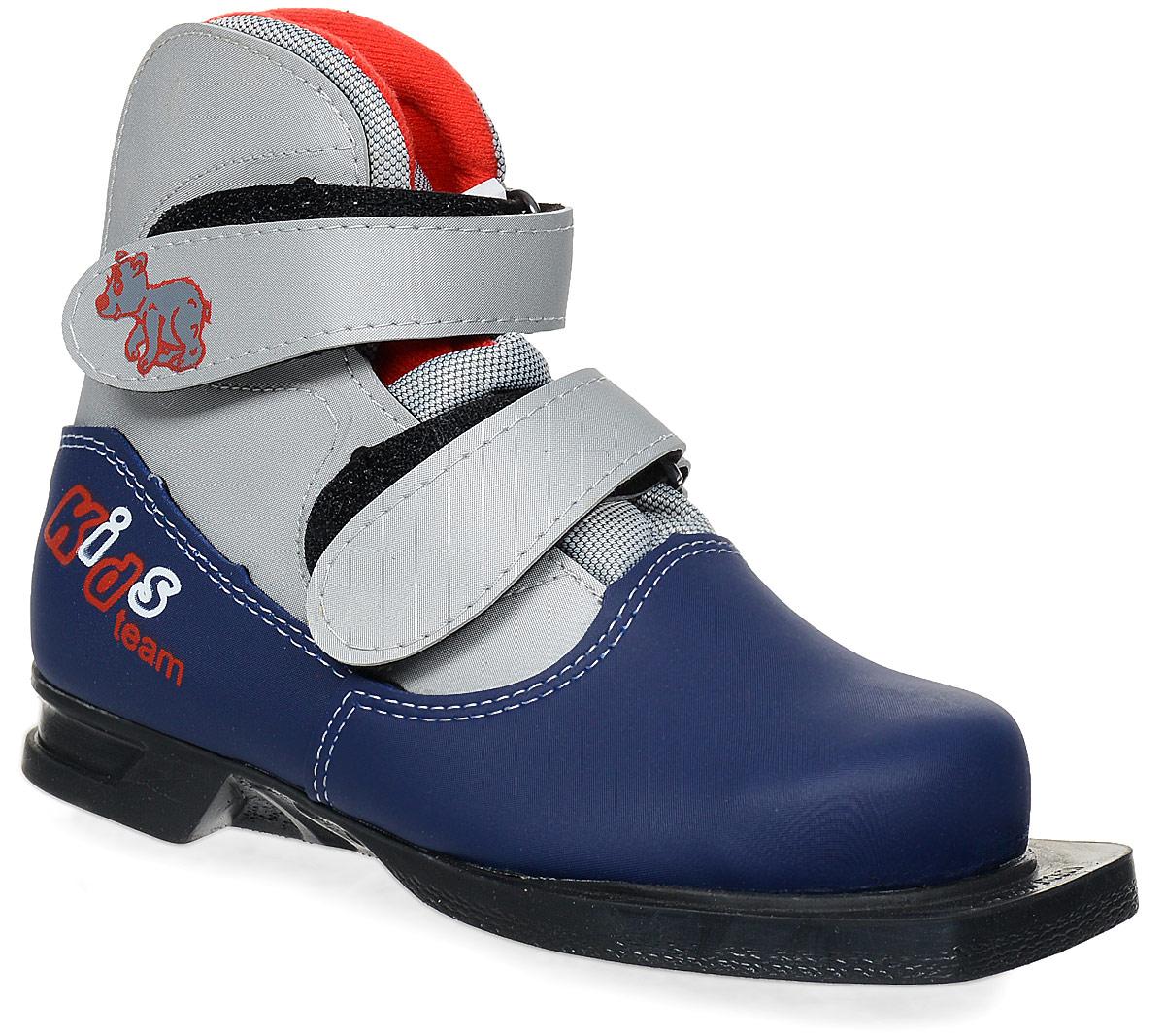 Ботинки лыжные детские Marax, цвет: серый, синий. NN75. Размер 33NN75 Kids_серый, синий_33Лыжные детские ботинки Marax предназначены для активного отдыха. Модельизготовлена из морозостойкой искусственной кожи и текстиля. Подкладка выполнена из искусственного меха и флиса, благодаря чему ваши ноги всегда будут в тепле. Шерстяная стелька комфортна при беге. Вставка на заднике обеспечивает дополнительную жесткость, позволяя дольше сохранять первоначальную форму ботинка и предотвращать натирание стопы. Ботинки снабжены удобными застежками-липучками, которые надежно фиксируют модель на ноге и регулируют объем, а также язычком-клапаном, который защищает от попадания снега и влаги. Подошва системы 75 мм из двухкомпонентной резины, является надежной и весьма простой системой крепежа и позволяет безбоязненно использовать ботинок до -30°С. В таких лыжных ботинках вам будет комфортно и уютно.