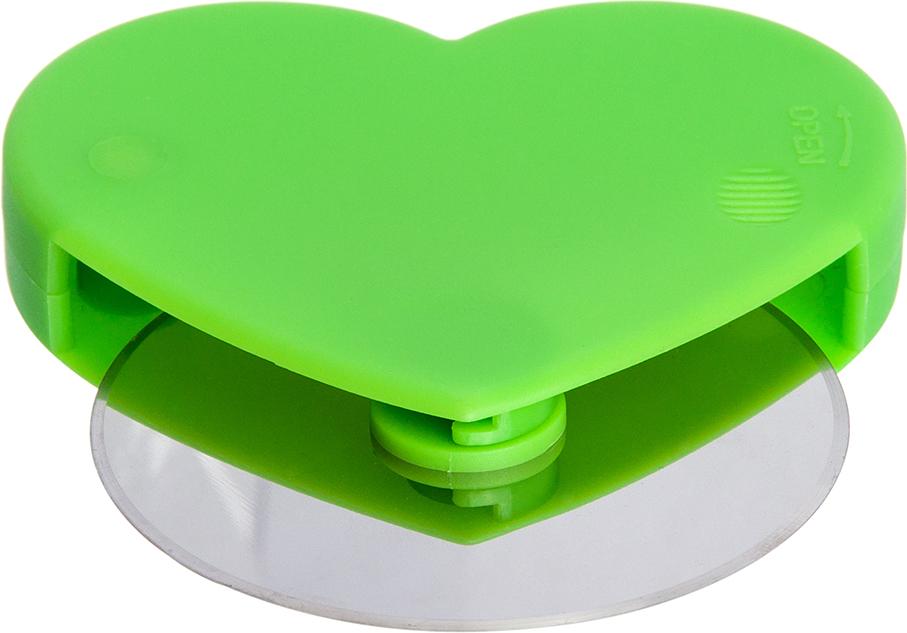 Нож для пиццы — прекрасный подарок для любой хозяйки. Нож выполнен из  нержавеющей стали с пластиковым  держателем в форме сердца. Ножом очень  удобно резать пиццу и плоские пироги, он не крошит тесто и ровно разделяет  начинку. Яркий зеленый цвет держателя станет ярким, но полезным акцентом на  любой кухне.