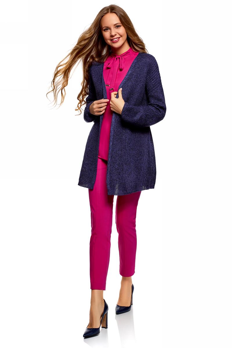 Кардиган женский oodji Ultra, цвет: фиолетовый. 63205248/18949/8329M. Размер S (44)63205248/18949/8329MСтильный кардиган от oodji свободного силуэта без застежки. Особую выразительность модели придает спинка ажурной вязки. С ней кардиган приобретает нотки нежности и романтичности. Широкие рукава со спущенной проймой оформлены плотной вязаной резинкой, которая отлично держит форму и придает кардигану завершенность. Пряжа из акрила мягкая и приятная на ощупь. Вам будет тепло и уютно в этом кардигане, особенно в прохладную погоду. Свободная удлиненная модель отлично смотрится на фигурах любого типа.Красивый и теплый кардиган – прекрасный вариант для повседневного гардероба. С ним любой ваш наряд приобретет нотки непринужденности и расслабленности. Кардиган такого фасона гармонично сочетается с джинсами и брюками, юбками и платьями разного кроя и длины. Он незаменим для создания интересных многослойных нарядов для работы, учебы, встреч с друзьями или прогулок по городу. В этом кардигане вы привлечете внимание окружающих и будете чувствовать себя комфортно и уверенно!
