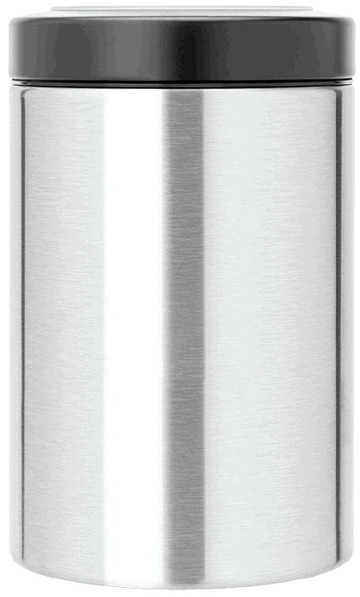 Контейнер пищевой Brabantia, с крышкой, цвет: серый, 1,4 л485Практичное решение для хранения сыпучих продуктов, позволяющее дольше сохранять их свежесть. Контейнер вмещает 500 г кофе, 1кг сахара. Не пропускает запах и сохраняет свежесть – защелкивающаяся крышка. Контейнер удобно размещать в глубоких выдвижных ящиках кухонного стола.Всегда видно содержимое – крышка с окошком из антистатических материалов. Легко чистится – контейнер имеет гладкую внутреннюю поверхность.Изготовлен из коррозионностойкой крашеной или лакированной стали с защитным цинк-алюминиевым покрытием.Основание с защитным покрытием.