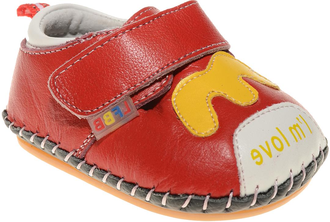 Пинетки для мальчика Счастливый ребенок, цвет: красный. A 50. Размер 14A 50Стильные и модные пинетки Счастливый ребенок, стилизованные под ботиночки, не только элегантны, они еще и практичны. В них ваш ребенок будет чувствовать себя комфортно и непринужденно. Удобный задник и перемычка на липучке надежно фиксируют пинетки на ножке. Натуральная кожа дает возможность «дышать» ноге, не позволяя развиваться опрелостям и потертостям. Модель пинеток для самых маленьких оснащена такой подошвой, какая не даст упасть.Милые, нежные, удобные и анатомически правильные для формирующейся ножки детские пинетки станут любимой обувью вашего ребенка.
