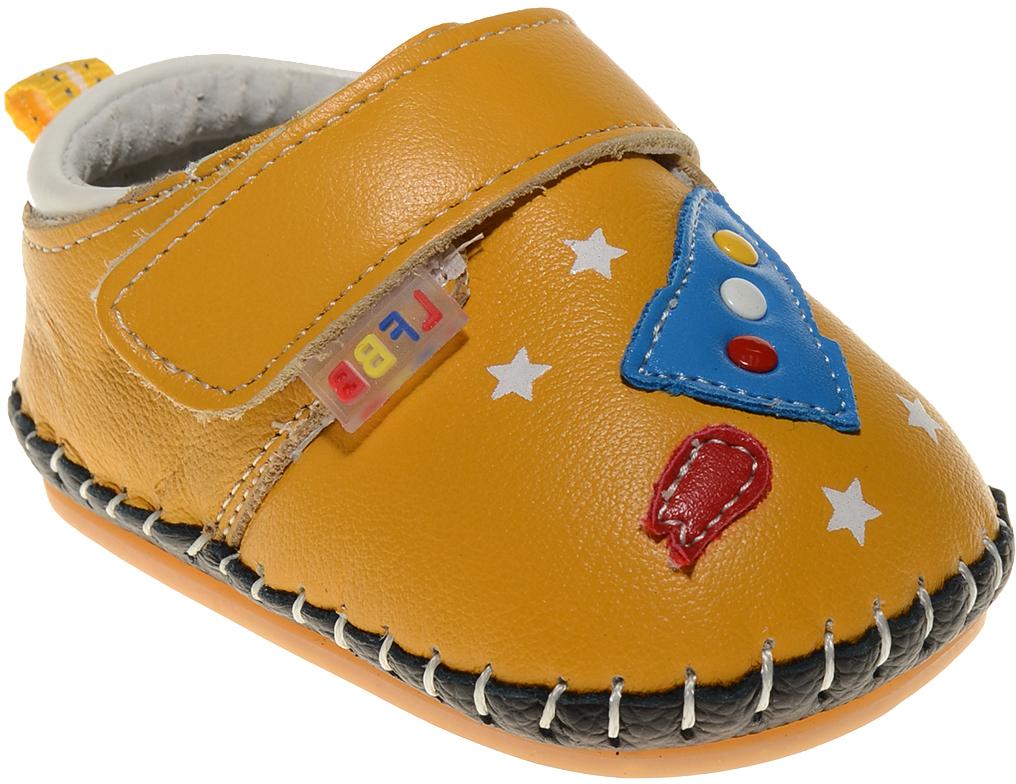 Пинетки для мальчика Счастливый ребенок, цвет: желтый. A 17. Размер 14A 17Стильные и модные пинетки Счастливый ребенок, стилизованные под ботиночки, не только элегантны, они еще и практичны. В них ваш ребенок будет чувствовать себя комфортно и непринужденно. Удобный задник и перемычка на липучке надежно фиксируют пинетки на ножке. Натуральная кожа дает возможность «дышать» ноге, не позволяя развиваться опрелостям и потертостям. Модель пинеток для самых маленьких оснащена такой подошвой, какая не даст упасть.Милые, нежные, удобные и анатомически правильные для формирующейся ножки детские пинетки станут любимой обувью вашего ребенка.