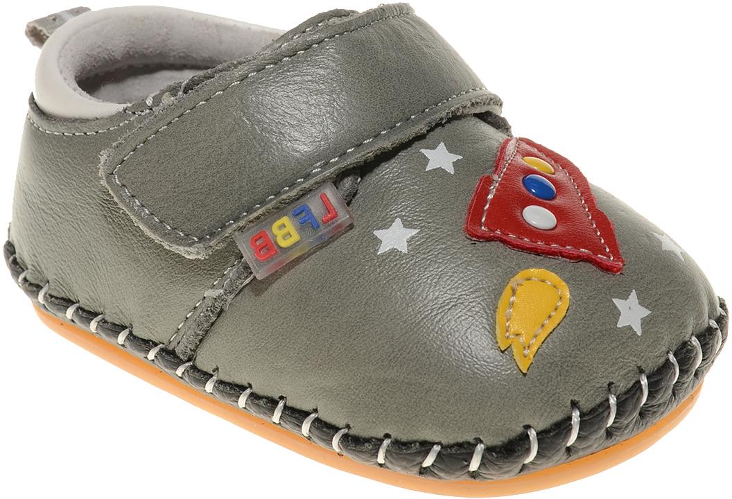 Пинетки для мальчика Счастливый ребенок, цвет: серый. A 17. Размер 16A 17Стильные и модные пинетки Счастливый ребенок, стилизованные под ботиночки, не только элегантны, они еще и практичны. В них ваш ребенок будет чувствовать себя комфортно и непринужденно. Удобный задник и перемычка на липучке надежно фиксируют пинетки на ножке. Натуральная кожа дает возможность «дышать» ноге, не позволяя развиваться опрелостям и потертостям. Модель пинеток для самых маленьких оснащена такой подошвой, какая не даст упасть.Милые, нежные, удобные и анатомически правильные для формирующейся ножки детские пинетки станут любимой обувью вашего ребенка.