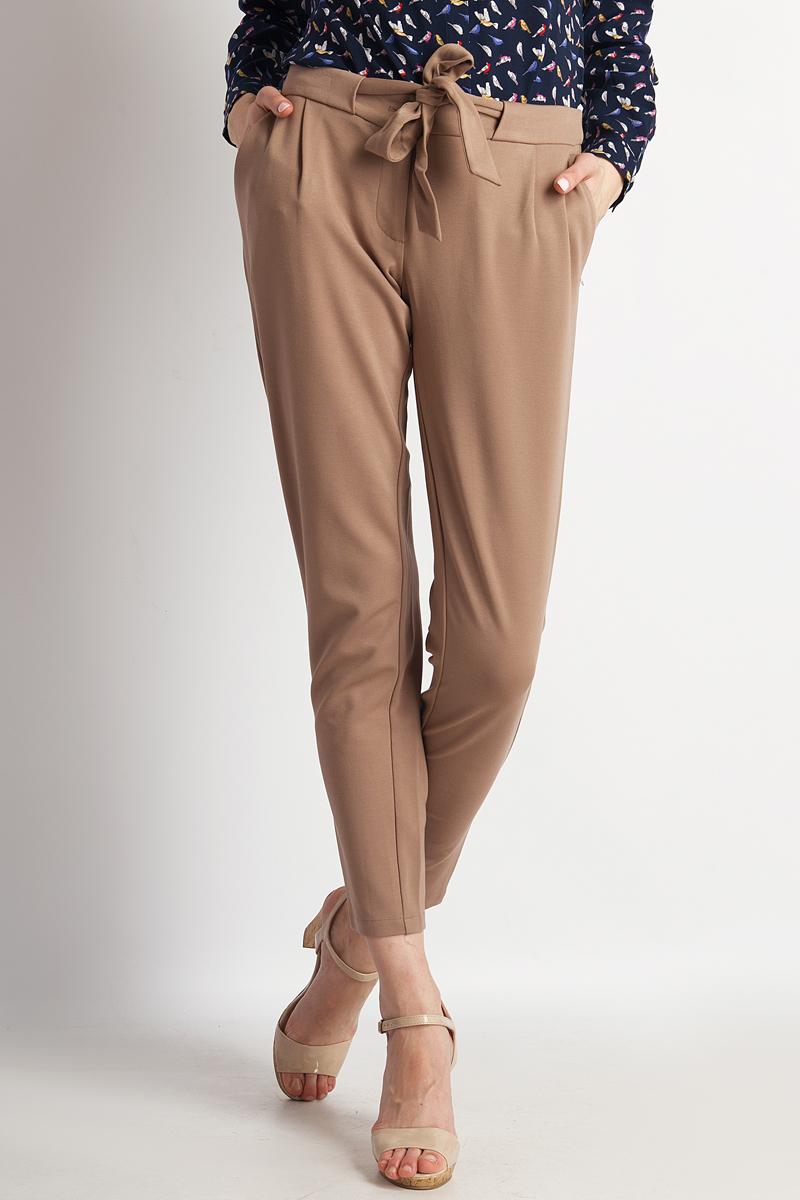 Брюки женские Finn Flare, цвет: коричневый. B18-11035_607. Размер M (46)B18-11035_607Женские брюки от Finn Flare выполнены из вискозного материала. Модель зауженного кроя в поясе застегивается на пуговицу и дополнена текстильным поясом, имеется ширинка на застежке-молнии. По бокам брюки дополнены втачными карманами.