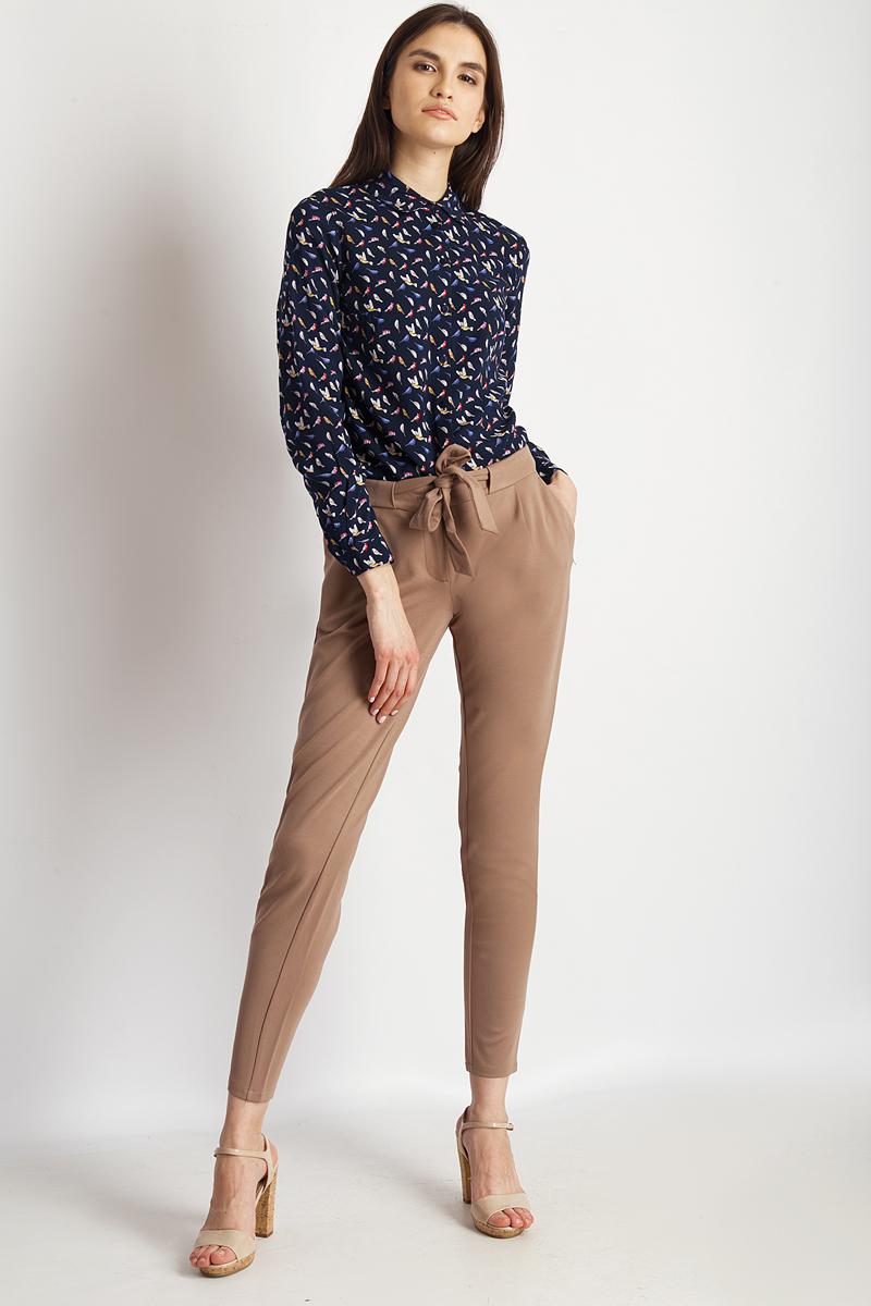 Брюки женские Finn Flare, цвет: коричневый. B18-11035_607. Размер XL (50)B18-11035_607Женские брюки от Finn Flare выполнены из вискозного материала. Модель зауженного кроя в поясе застегивается на пуговицу и дополнена текстильным поясом, имеется ширинка на застежке-молнии. По бокам брюки дополнены втачными карманами.
