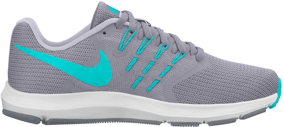 Кроссовки для бега женские Nike Run Swift Running Shoe, цвет: серый, голубой. 909006-004. Размер 6 (35,5)909006-004Женские беговые кроссовки Nike, выполненные из текстиля и пластика, дополнены фирменной нашивкой на язычке. Интегрированные нити Flywire надежно фиксируют среднюю часть стопы, а пеноматериал создает амортизацию.Конструкция из сетки обеспечивает зональную вентиляцию и поддержку. Шнурки с интегрированными нитями для регулируемой поддержки. Подошва с вафельным рисунком повышает амортизацию и упругость. Широкая передняя часть стопы не стесняет движений пальцев. Пеноматериал Cushlon обеспечивает мягкую, но упругую амортизацию и поддержку. Сетка с открытыми отверстиями в передней части стопы для легкости и воздухопроницаемости. Сетка с плотным плетением на боковой части создает надежную поддержку, не жертвуя воздухопроницаемостью. Подошва с рифлением обеспечивает отличное сцепление на любой поверхности. Мягкие и удобные кроссовки превосходно подчеркнут ваш спортивный образ и подарят комфорт.