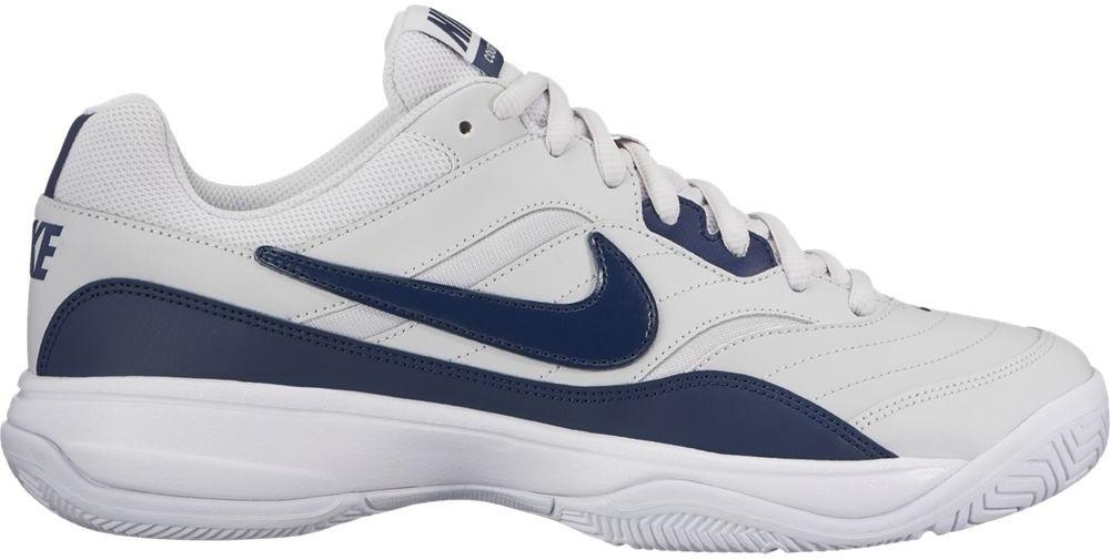Кроссовки для тенниса мужские Nike Court Lite, цвет: серый, темно-синий. 845021-044. Размер 10 (43)845021-044Мужские кроссовки для тенниса Court Lite от Nike, выполненные из натуральной и искусственной кожи, дополнены сетчатыми вставками, которые обеспечивают воздухопроницаемость. Подкладка и стелька из текстиля комфортны при движении. Шнуровка надежно зафиксирует модель на ноге. Подошва из материала Phylon обеспечивает амортизацию без утяжеления. Прочная подметка из резины GDR для игры на кортах с твердым покрытием.