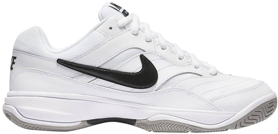 Кроссовки для тенниса мужские Nike Court Lite, цвет: белый. 845021-100. Размер 9 (41,5)845021-100Мужские кроссовки для тенниса Court Lite от Nike, выполненные из натуральной и искусственной кожи, дополнены сетчатыми вставками, которые обеспечивают воздухопроницаемость. Подкладка и стелька из текстиля комфортны при движении. Шнуровка надежно зафиксирует модель на ноге. Подошва из материала Phylon обеспечивает амортизацию без утяжеления. Прочная подметка из резины GDR для игры на кортах с твердым покрытием.