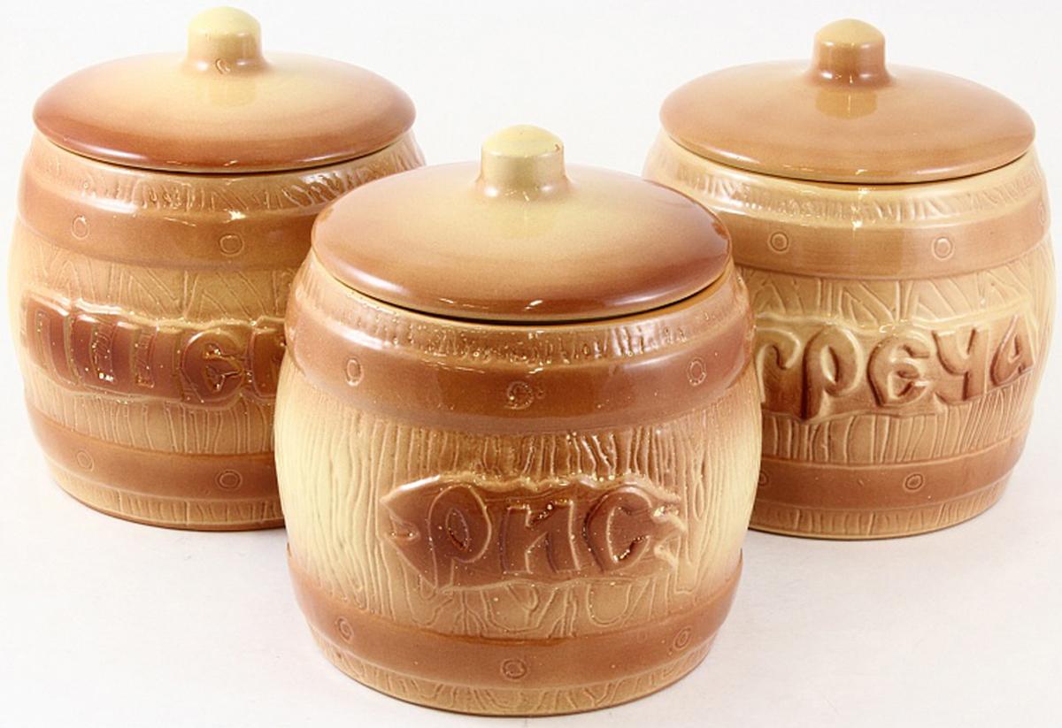 """Набор банок """"Борисовская керамика"""" - изящные керамические емкости, предназначенные для  хранения различных круп, чая, кофе и многого другого. Они нужны, чтобы продукты не теряли свой  естественный вкус и аромат. Предметы набора декорированы  объемными надписями. Оригинальный дизайн, эстетичность и функциональность набора позволят ему  стать достойным дополнением к кухонному инвентарю. В наборе 3 банки."""