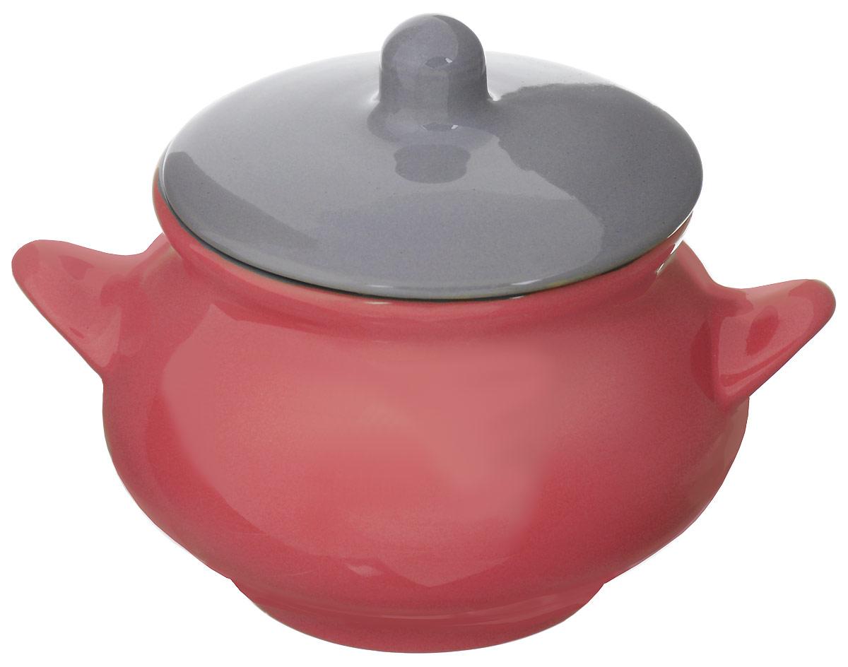 """Горшок для запекания Борисовская керамика """"Радуга"""" выполнен из высококачественной керамики и оснащен крышкой. Уникальные свойства красной глины и толстые стенки изделия обеспечивают """"эффект русской печи"""" при приготовлении блюд. Блюда, приготовленные в керамическом горшке, получаются нежными и сочными. Вы сможете приготовить мясо, сделать томленые овощи и все это без капли масла. Это один из самых здоровых способов готовки. Диаметр горшка (по верхнему краю): 12 см.  Высота стенок: 10,5 см."""