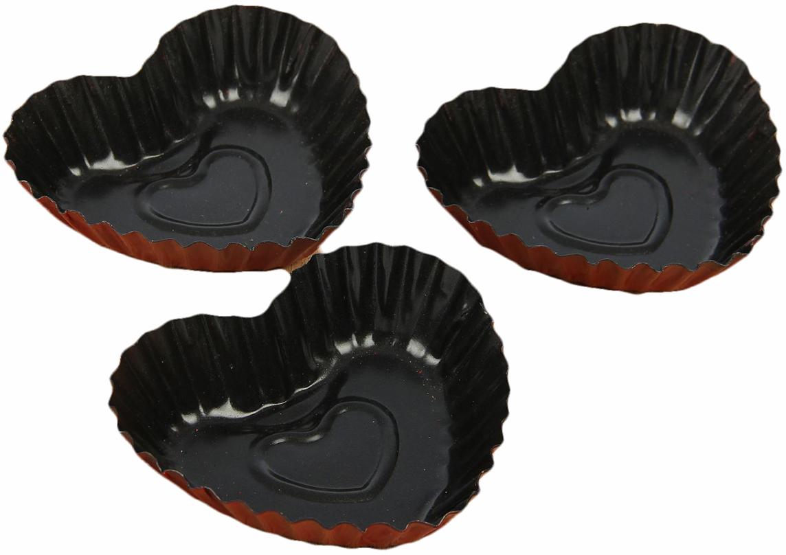 Набор форм для выпечки Доляна Ренард. Рифленое сердце, с антипригарным покрытием, 9,5х2 см, 3 шт827557Форма с антипригарным покрытием пригодится каждому повару, который привык готовить быстро и вкусно. Качественное изделие великолепно подойдет для создания выпечки в форме сердца. Такие блюда будут выглядеть особенно ярко и станут чудесным выбором для романтического вечера. Достоинства предмета: Материал — углеродистая сталь — отличается особой прочностью и сохраняет все эксплуатационные свойства при температуре до +450 °С. Эффективное теплораспределение ускоряет процесс готовки. Антипригарное покрытие оберегает блюда от пригорания и сокращает расход масла. Поверхность не впитывает запахов и не вступает в реакции с продуктами питания. Форма легко отмывается. При аккуратном использовании изделие прослужит долгие годы. Рекомендуется избегать применения металлических предметов, губок и высокоабразивных моющих средств. Перед первым использованием тщательно промойте форму. Как выбрать форму для выпечки – статья на OZON Гид.