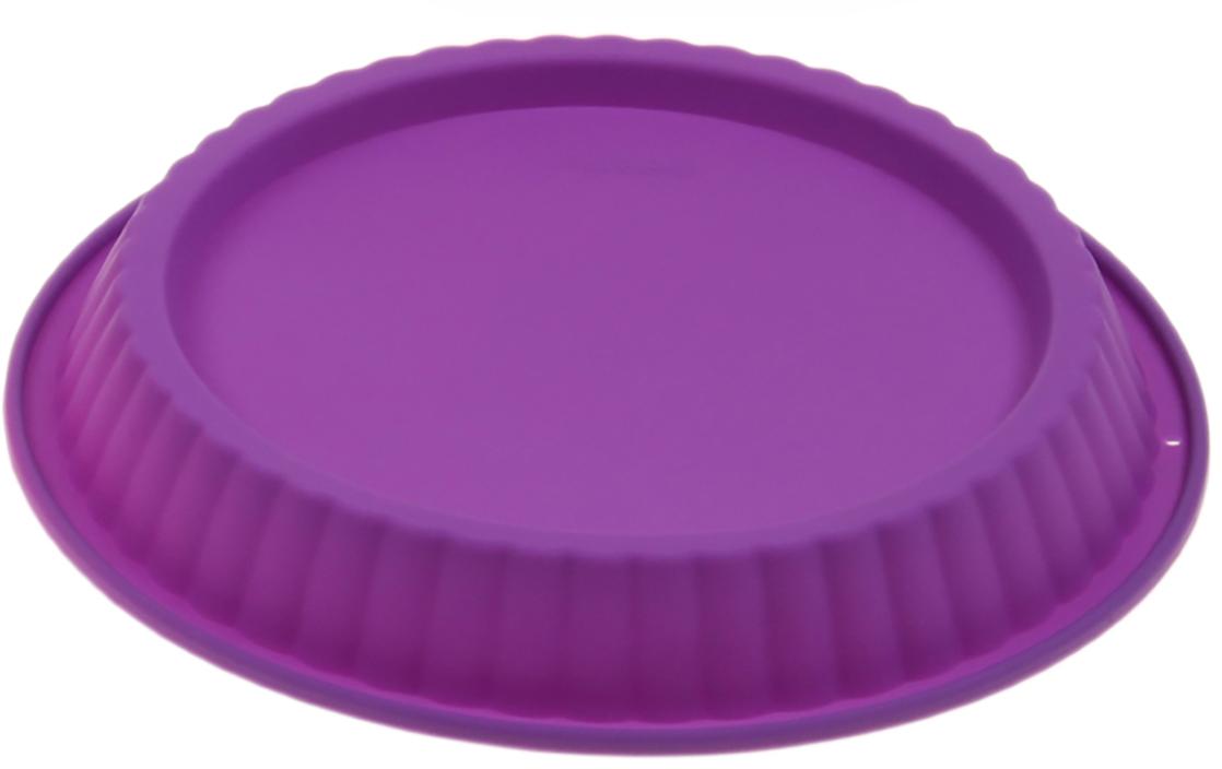 Форма для выпечки Доляна Рифленый круг, цвет: фиолетовый, 27 х 3,5 см1000346_фиолетовыйФорма для выпечки из силикона — современное решение для практичных и радушных хозяек. Оригинальный предмет позволяет готовить в духовке любимые блюда из мяса, рыбы, птицы и овощей, а также вкуснейшую выпечку. Почему это изделие должно быть на кухне? блюдо сохраняет нужную форму и легко отделяется от стенок после приготовления; высокая термостойкость (от –40 до 230 ?) позволяет применять форму в духовых шкафах и морозильных камерах; небольшая масса делает эксплуатацию предмета простой даже для хрупкой женщины; силикон пригоден для посудомоечных машин; высокопрочный материал делает форму долговечным инструментом; при хранении предмет занимает мало места. Советы по использованию формы Перед первым применением промойте предмет теплой водой. В процессе приготовления используйте кухонный инструмент из дерева, пластика или силикона. Перед извлечением блюда из силиконовой формы дайте ему немного остыть, осторожно отогните края предмета. Готовьте с удовольствием!