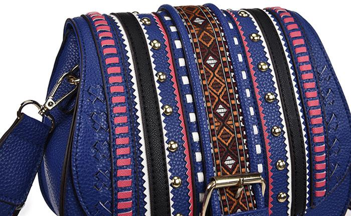 Сумка на плечо женская Vera Victoria Vito, цвет: синий. 36-727-536-727-5Сумка на плечо из зернистой экокожи, клапан украшен заклепками, оригинальной цветной аппликацией и тесьмой. Наплечный ремень можно регулировать по длине. Модель легко открывается благодаря практичному магнитному замку. Обязательно поспешите купить сумку, она станет финальным штрихом и к непринужденному сету, придав ему изюминку. Внутри одно отделение закрывается на молнию, карман на молнии и кармашек для мелочей.