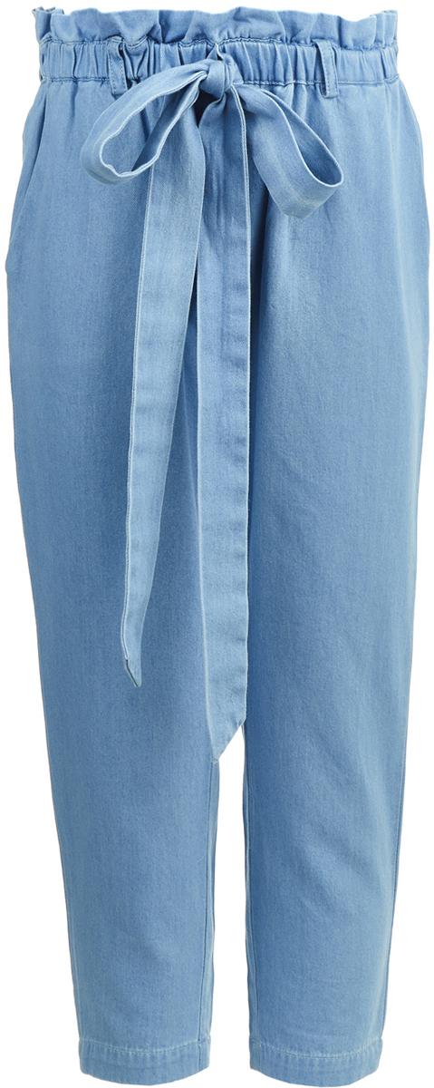 Брюки для девочки Button Blue, цвет: голубой. 118BBGC6305D200. Размер 152118BBGC6305D200Если не хотите выбирать между удобством и стилем, можно купить недорого девочке брюки из хлопка под джинсу. Дизайн модели позволяет решать, как лучше ее использовать: сочетать с повседневной одеждой для создания интересных образов или носить только во время активного отдыха. Брюки подарят девочке комфорт в любом случае, а их позитивный орнамент будет всегда поднимать ей настроение.
