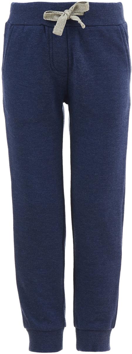Брюки для девочки Button Blue, цвет: темно-синий. 118BBGC56011000. Размер 104118BBGC56011000Без удобных брюк девочке не обойтись: в них можно заниматься спортом, гулять, носить их каждый день в качестве повседневной одежды. Брюки от Button Blue в стиле Casual можно сделать основой самых разнообразных образов, для этого лучше всего купить недорого детские брюки нейтрального цвета, который будет легко сочетаться с любой одеждой. Трикотажные брюки спокойного оттенка подойдут практически к чему угодно.