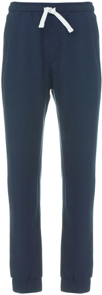 Брюки для мальчика Button Blue, цвет: темно-синий. 118BBBC56031000. Размер 128118BBBC56031000Детские брюки - незаменимая часть гардероба для мальчика. Спокойный цвет делает их универсальными, а спортивный Casual стиль - подходящими для разных случаев жизни. Чтобы купить недорого детские брюки, идеальные для ежедневного использования, необходимо смотреть на их качество и дизайн. Модель от Button Blue выполнена из футера - натурального хлопка и имеет удобную форму, дарящую детям удобство и комфорт.