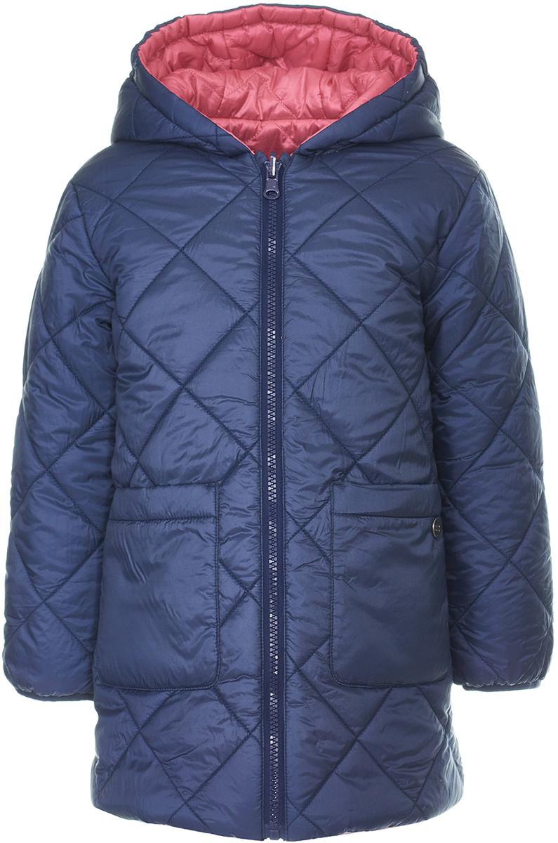 Пальто для девочки Button Blue, цвет: темно-синий, красный. 118BBGC46021000. Размер 128118BBGC46021000Двустороннее детское пальто от Button Blue - идеальный вариант для тех, кто хочет как можно чаще менять образ! Модель с длинными рукавами и капюшоном застегивается на молнию. Демисезонное пальто имеет большие вместительные карманы по бокам. Тепло обеспечивает утеплитель из синтепона.