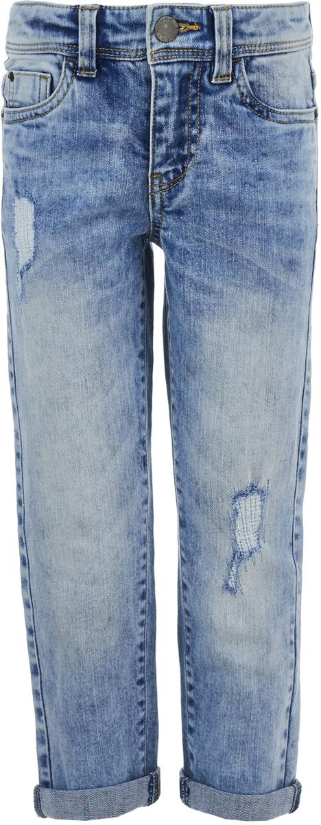 Джинсы для мальчика Button Blue, цвет: голубой. 118BBBC6306D200. Размер 116118BBBC6306D200Мода меняется, но классические джинсы всегда в тренде. Джинсы от Button Blue - идеальный вариант для того, кто хочет получить максимально практичную вещь. Изделие изготовлено из эластичного хлопка с эффектом потертостей и разрывов и застегивается на молнию и пуговицу в поясе, имеющем шлевки для ремня. Модель представляет собой классическую пятикарманку: два втачных и накладной карманы спереди и два накладных кармана сзади.Легкие джинсы сезона отражают все модные тенденции: имеют свободный и демократичный фасон, удобный и лаконичный дизайн.
