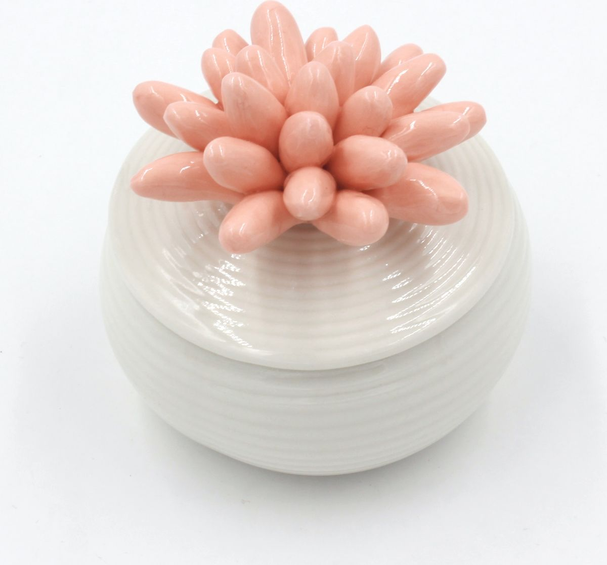 Шкатулка Magic Home, фарфоровая, цвет: белый, розовый. 7680676814Шкатулка декоративная от Magic Home, выполненная из фарфора, - это отличный вариантподарка для ваших близких и друзей. Она станет прекрасным дополнением любого интерьера.