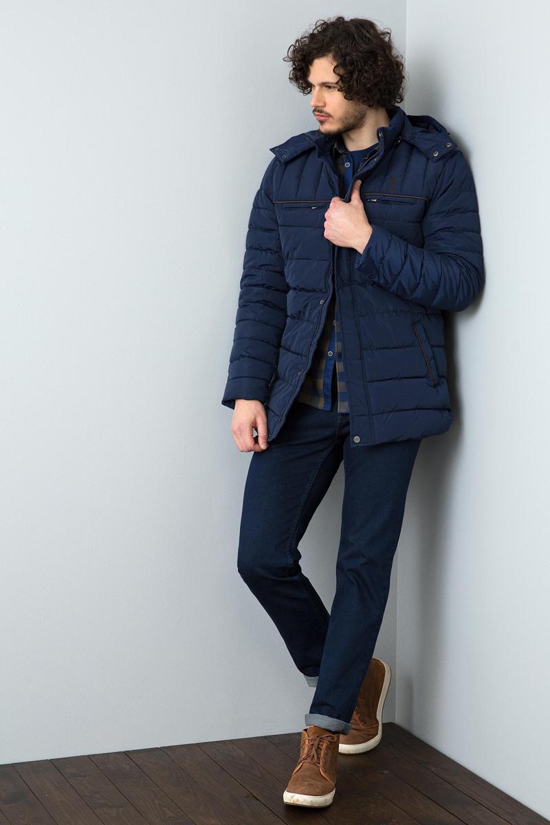 Куртка мужская U.S. Polo Assn., цвет: темно-синий. G081GL0MSPEMHARDY-R. Размер 54G081GL0MSPEMHARDY-RСтильная мужская куртка с воротником-стойкой и капюшоном застегивается на молнию. Имеется внешняя ветрозащитная планка на кнопках. Модель дополнена двумя нагрудными прорезными карманами на молниях и двумя боковыми втачными карманами.