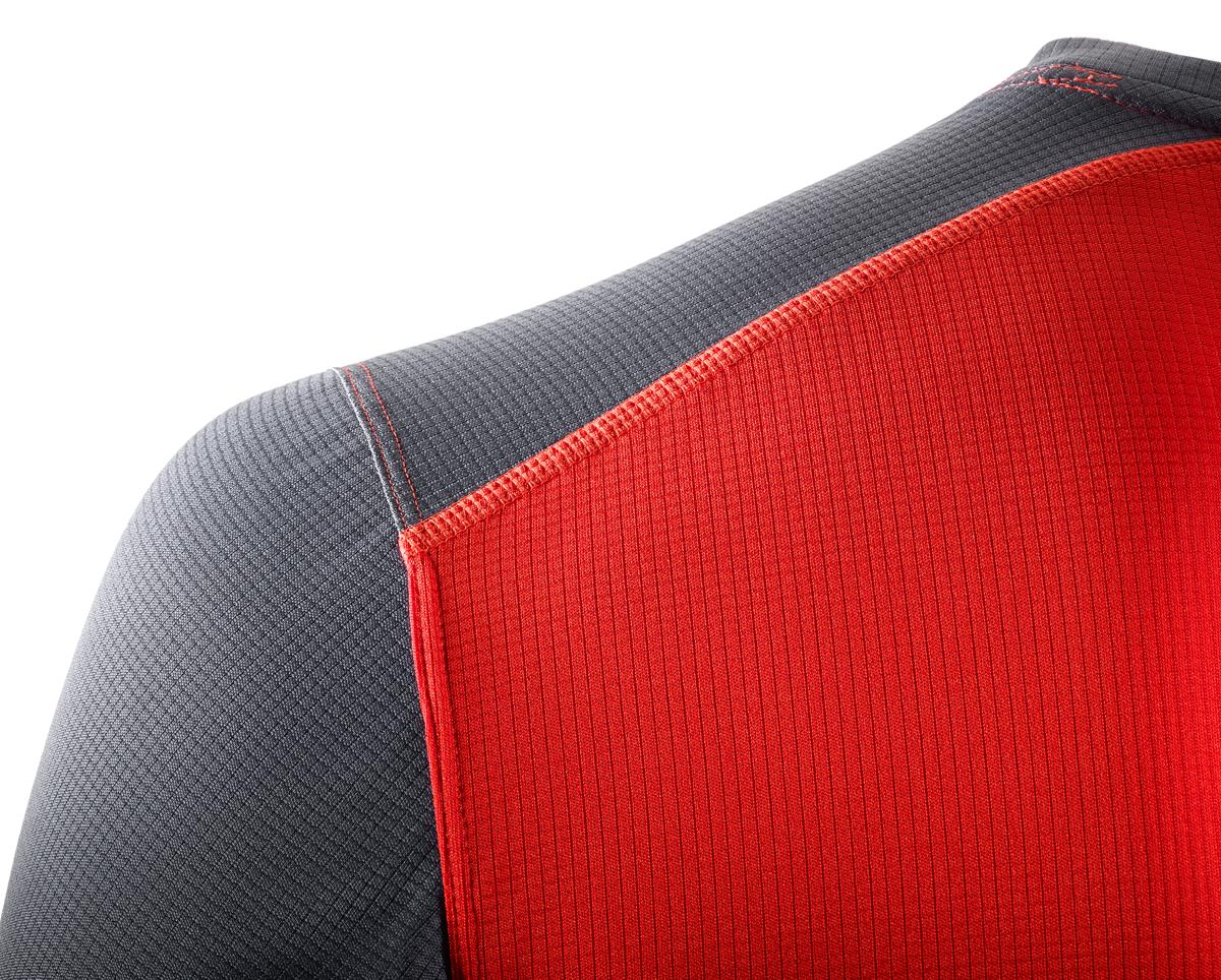 Футболка для бега от Salomon выполнена из высококачественного материала. Модель свободного кроя с короткими рукавами контрастного цвета и круглым вырезом горловины.