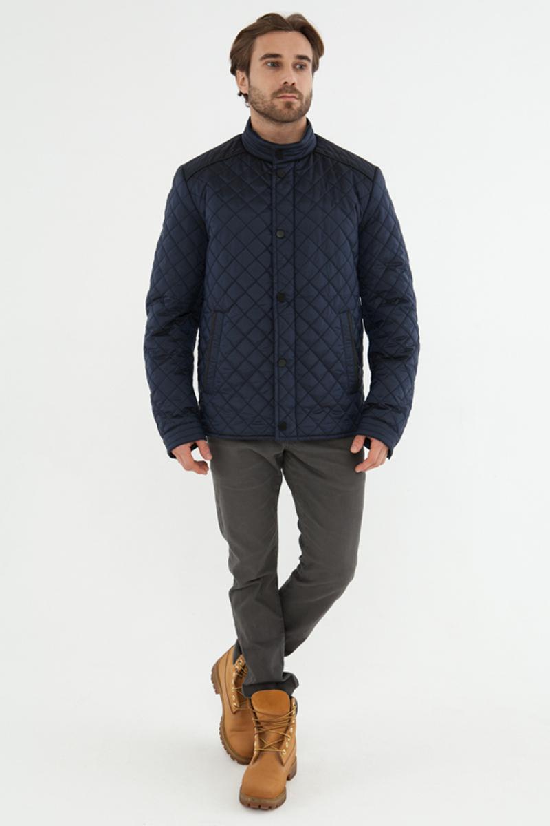 Куртка мужская Vizani, цвет: синий. 10586С_99. Размер 5210586С_99Мужская куртка Vizani выполнена из высококачественного материала. Стеганная модель с воротником-стойкой застегивается на кнопки. Куртка дополнена карманами.