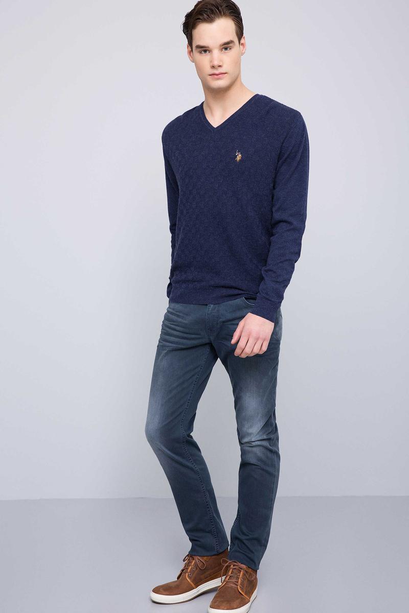 Пуловер мужской U.S. Polo Assn., цвет: темно-синий. G081SZ0TK0TKR01-BSK7. Размер M (50)G081SZ0TK0TKR01-BSK7Мужской пуловер с длинными рукавами и V-образным вырезом горловины выполнен из хлопка с добавлением кашемира.