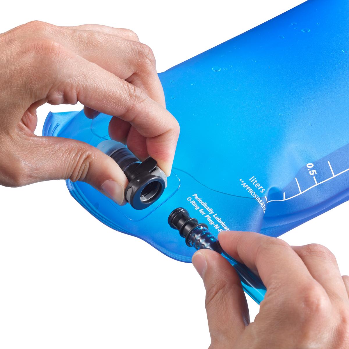 """Мягкая емкость Soft Reservoir совместима с любым рюкзаком-гидратором """"Salomon"""". Не содержит фталаты, ПВХ и бисфенол-А.  Мягкость.  Мягкий и пластичный гидратор не мешает посадке и удобству рюкзака от Salomon.  Не содержит ПВХ и бисфенол-А.  Гидратор, удобство которого вы чувствуете: не содержит ПВХ и бисфенол-А.  Удобство питья.  Клапан с двухпозиционной блокировкой.  Особенности:  -система Plug-n-Play,  -можно выворачивать.  -не содержит ПВХ и бисфенол-А,  -клапан с блокировкой и системой защиты от протекания,  -совместимость со всеми рюкзаками Salomon,  -шланг 90 см,  -сгибаемость,  -боковой вход,  -ТПУ (термополиуретан)."""