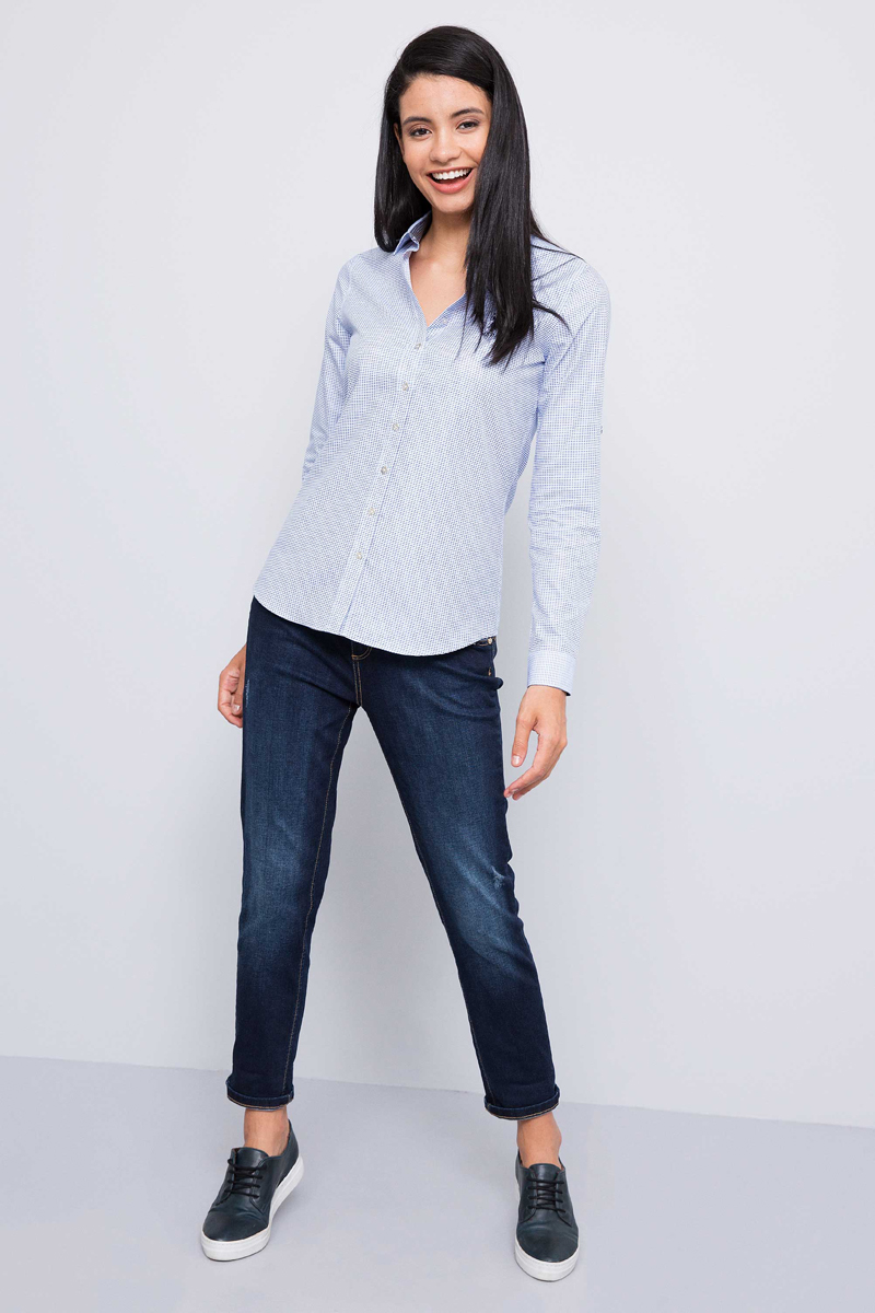 Рубашка женская U.S. Polo Assn., цвет: голубой. G082SZ0040SILVENDA. Размер 40 (48)G082SZ0040SILVENDAПриталенная женская рубашка, выполненная из 100% хлопка, подчеркнет ваш уникальный стиль и поможет создать оригинальный образ. Такой материал великолепно пропускает воздух, обеспечивая необходимую вентиляцию, а также обладает высокой гигроскопичностью. Рубашка с длинными рукавами и отложным воротником застегивается на пуговицы спереди. Манжеты рукавов также застегиваются на пуговицы.
