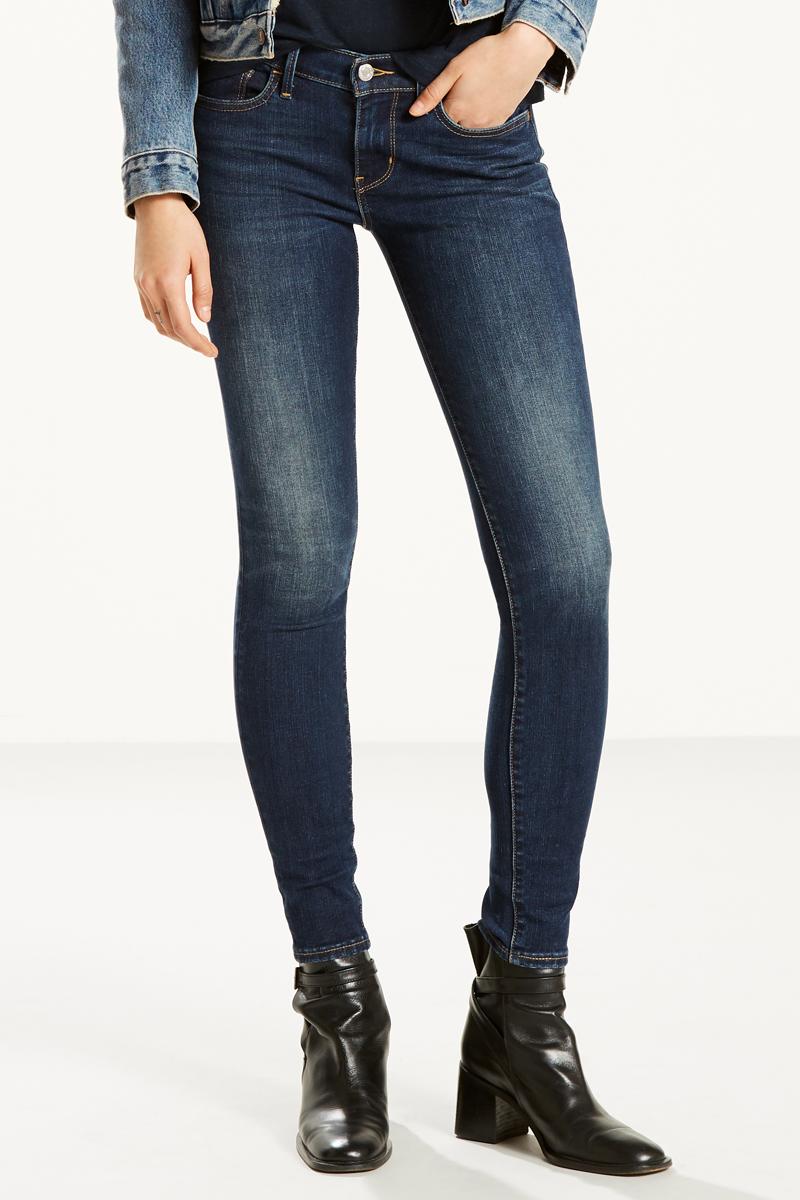 Джинсы женские Levis® 710, цвет: синий. 1777801860. Размер 24-30 (40-30)1777801860Узкие джинсы с посадкой чуть ниже талии обладают облегающим кроем в бедрах и выгодно подчеркивают фигуру.