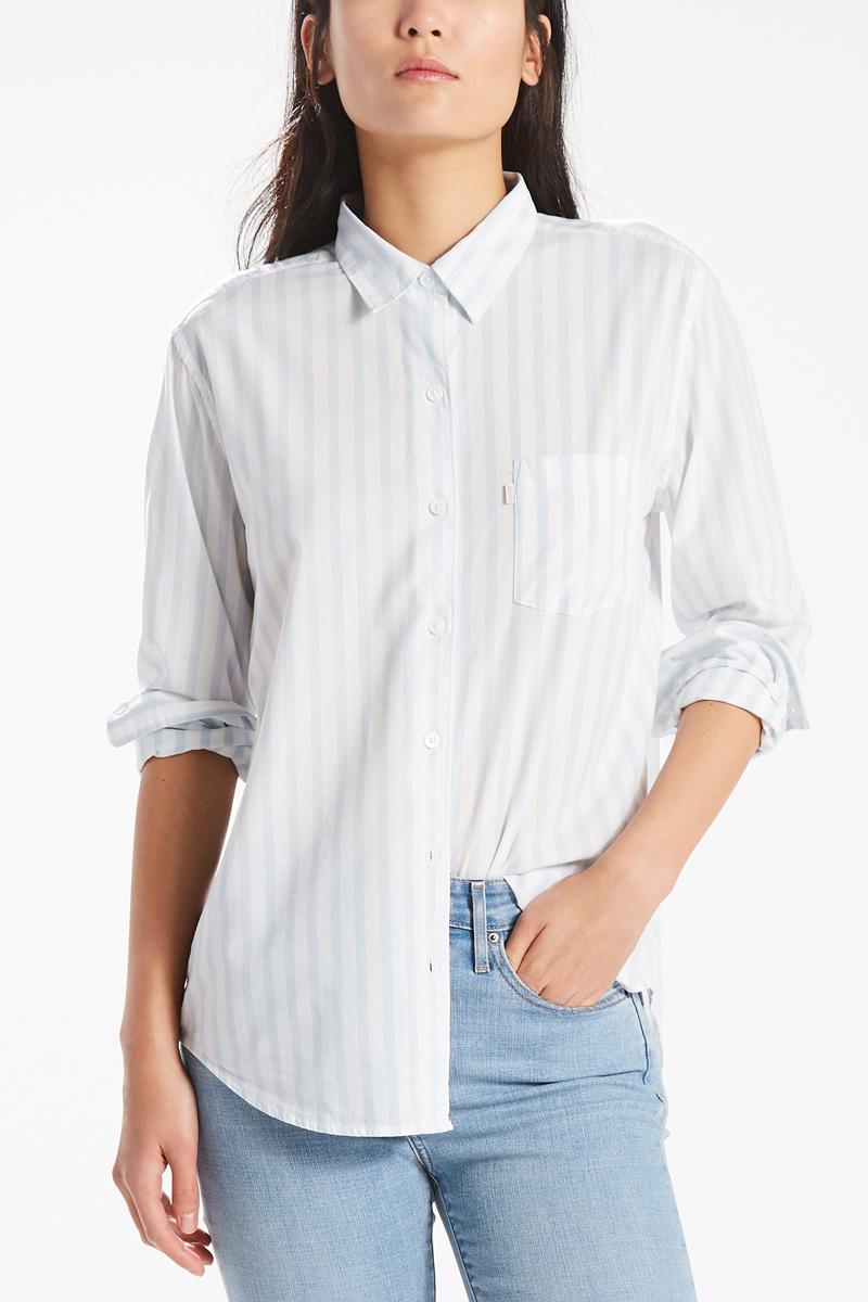 Рубашка женская Levis® Boyfriend, цвет: белый, голубой. 2667700400. Размер S (42/44)2667700400Рубашка с одним карманом имеет свободный крой в стиле бойфренд, более широкую посадку по плечам и удлиненный низ. Благодаря материалу обеспечивает комфорт, позволяет коже дышать и отлично подходит для носки поверх другой одежды.