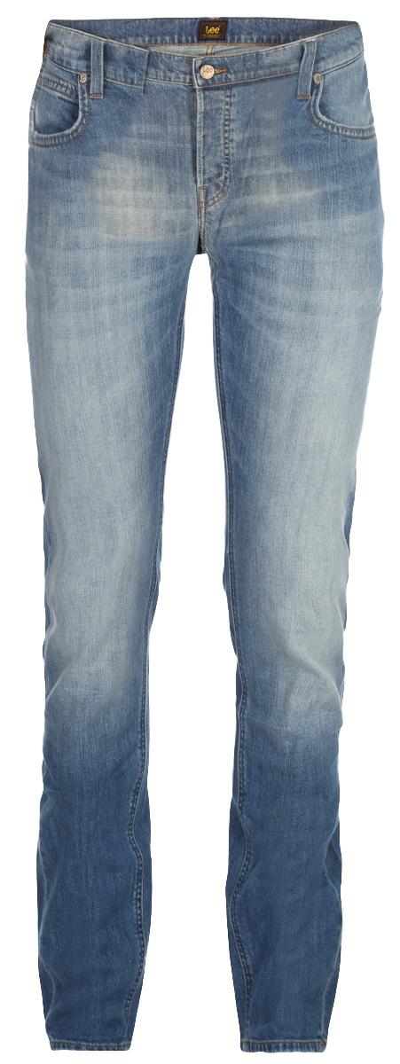 Джинсы мужские Lee Daren, цвет: синий. L706CDJX. Размер: 34-30 (50-30)L706CDJXМужские джинсы Lee Daren выполнены из высококачественного эластичного хлопка. Прямые джинсы стандартной посадки застегиваются на пуговицу в поясе и ширинку на пуговицах, дополнены шлевками для ремня. Джинсы имеют классический пятикарманный крой: спереди модель дополнена двумя втачными карманами и одним маленьким накладным кармашком, а сзади - двумя накладными карманами. Джинсы украшены декоративными потертостями.