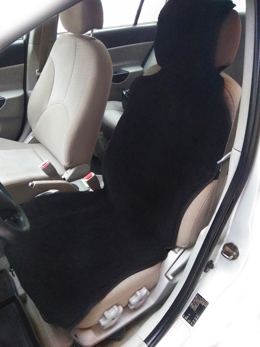 Накидка на сиденье автомобиля Bio-Textiles, цвет: черный, 105 х 50 см2018-1/черныйРазнообразные накидки и чехлы из меха – уже давно не роскошь, а необходимый аксессуар любого авто. Они обладают превосходными теплосберегающими свойствами. Особенно хорошо это заметно в период сильных морозов. В отличие от электрического подогрева, накидки из натурального меха постоянно удерживают сиденья в тепле, что очень важно при нерегулярном использовании автомобиля. Благодаря этому, находиться в автомобиле комфортно не только водителю, но и его пассажирам.