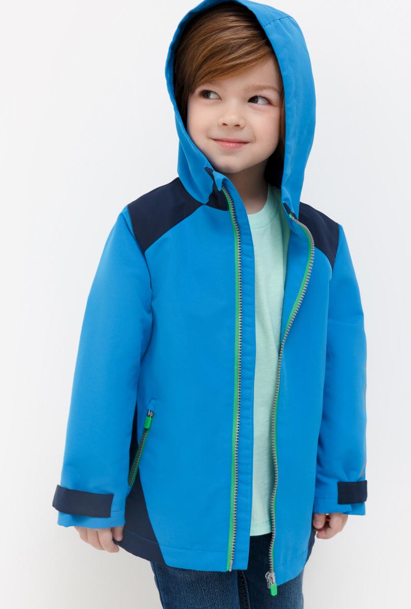 Куртка для мальчика Acoola DeVito, цвет: синий. 20120130117_500. Размер 11620120130117_500Куртка яркой расцветки, декорированная контрастными вставками и светоотражающим принтом на рукаве и спинке. Прямой крой, воротник-стойка переходящий в капюшон, застежка-молния с защитой подбородка. Два прорезных кармана на молнии. Рукава с регулирующими хлястиками на липучках.