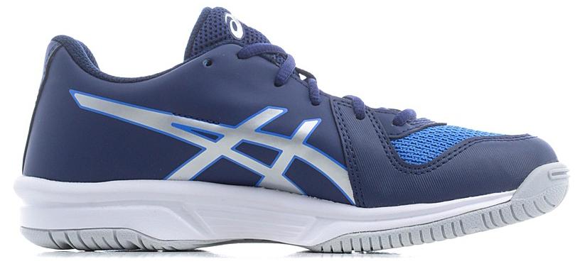 Кроссовки для мальчика Asics Gel-Tactic, цвет: синий, черный. C733Y-4093. Размер 5H (36,5)C733Y-4093Кроссовки Asics Gel-Tactic – идеальный выбор для волейбола как при подаче, так и при атаке на соперника. Эти кроссовки сочетают искусственную кожу и дышащие сетчатые вставки. Система амортизации Asics Rearfoot GEL Cushioning System в задней части обеспечивает мягкость подошвы, а система Trusstic System в средней части увеличивает устойчивость передней части подошвы, что делает эти универсальные кроссовки отличным подспорьем в игре.