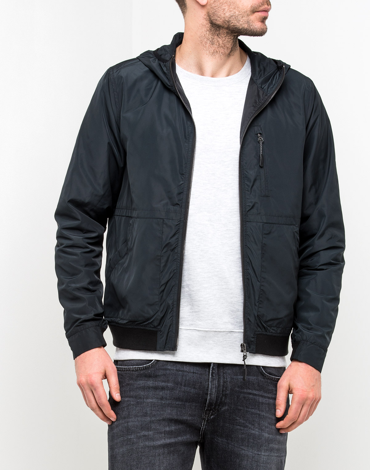 Куртка мужская Lee, цвет: черный. L86GYC01. Размер S (46)L86GYC01Мужская куртка Lee станет стильным дополнением к вашему гардеробу. Модель выполнена из 100% полиэстера и застегивается на молнию. Низ изделия дополнен широкой эластичной резинкой. Спереди расположены три прорезных кармана.Эта стильная и модная куртка подарит вам тепло и комфорт!