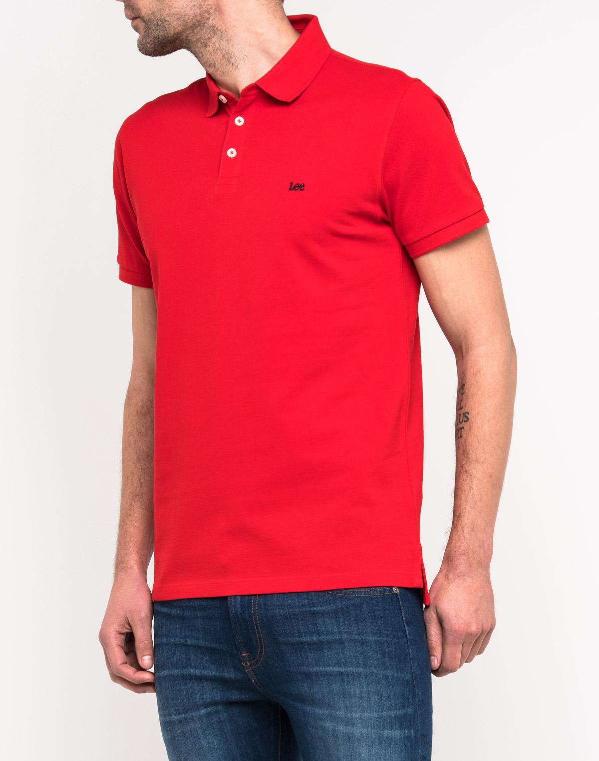 Поло мужское Lee, цвет: красный. L62XRLEF. Размер L (50)L62XRLEFСтильная мужская футболка-поло Lee, выполненная из натурального хлопка, обладает высокой теплопроводностью, воздухопроницаемостью и гигроскопичностью, позволяет коже дышать. Модель с короткими рукавами и отложным воротником сверху застегивается на три пуговицы. По бокам предусмотрены небольшие разрезы. На груди изделие оформлено вышитым названием бренда. Классический покрой, лаконичный дизайн, безукоризненное качество. В такой футболке вы будете чувствовать себя уверенно и комфортно.