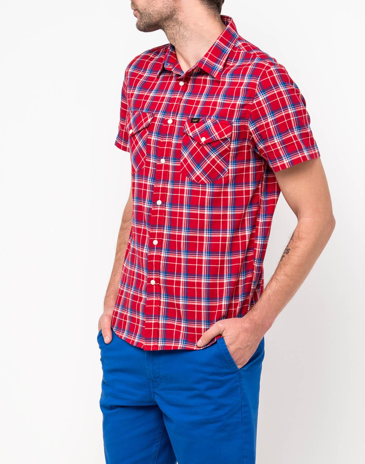 Рубашка мужская Lee, цвет: красный. L641GAEF. Размер M (48)L641GAEFМужская рубашка от Lee выполнена из натурального хлопка. Модель классического кроя с короткими рукавами и отложным воротником застегивается на пуговицы. На груди рубашка дополнена двумя накладными карманами на пуговицах.