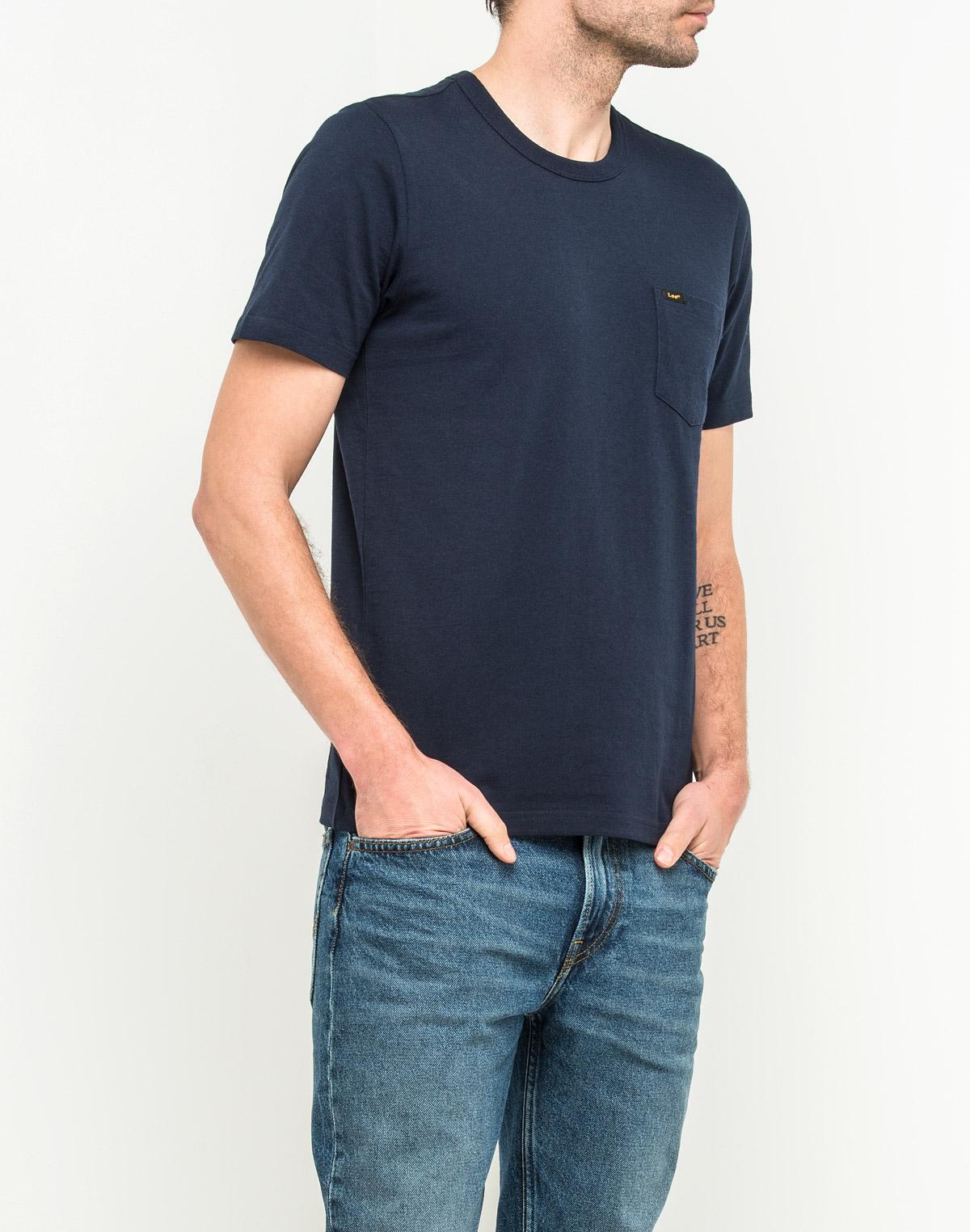 Футболка мужская Lee, цвет: темно-синий. L61IREEE. Размер L (50)L61IREEEМужская футболка Lee изготовлена из натурального хлопка. Модель с круглым вырезом горловины и короткими рукавами. На груди футболка дополнена накладным карманом.