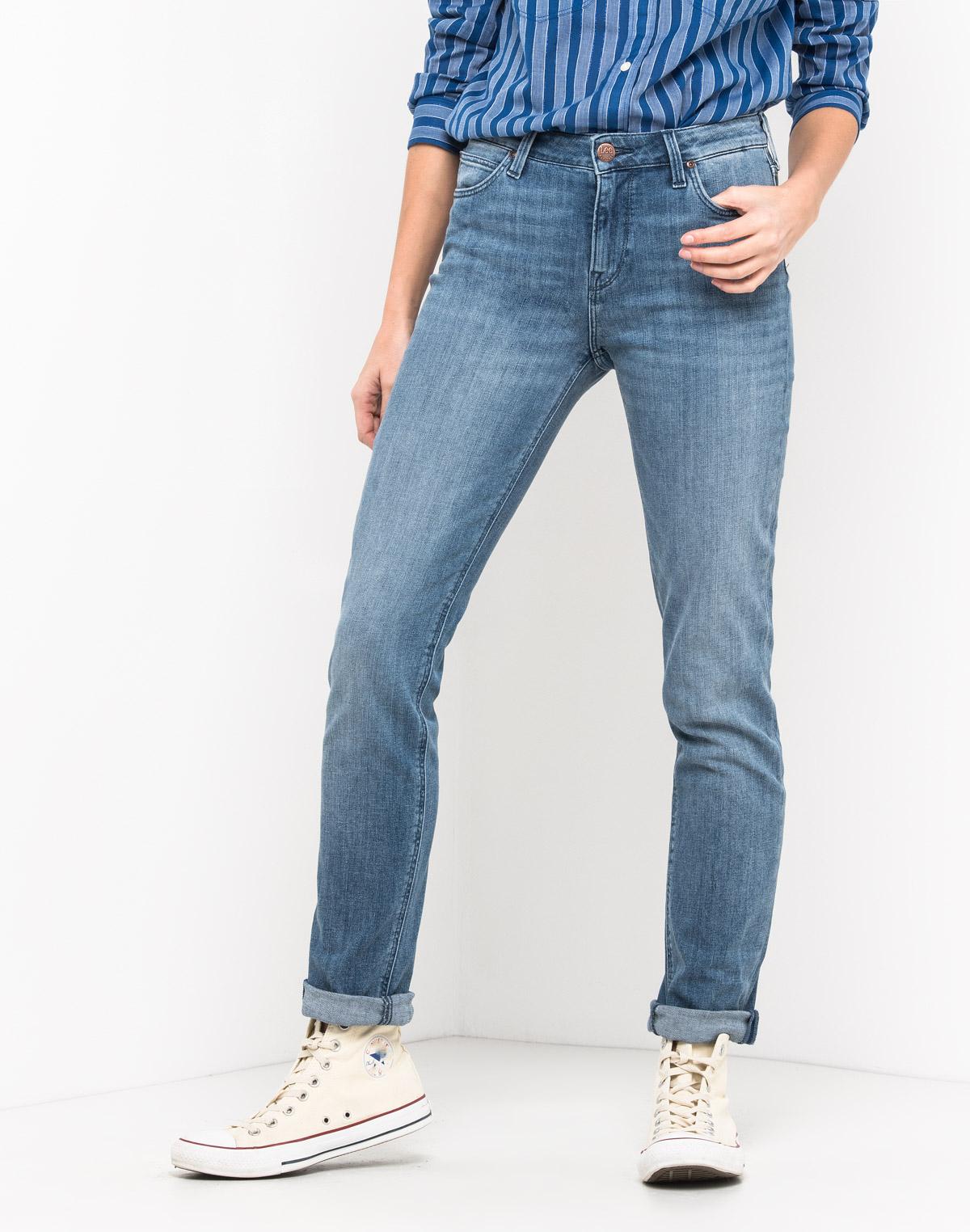 Джинсы женские Lee Elly, цвет: синий. L305AUVK. Размер 29-31 (44/46-31)L305AUVKЖенские джинсы Lee Elly выполнены из высококачественного эластичного материала. Джинсы зауженного кроя стандартной посадки на талии застегиваются на пуговицу в поясе и ширинку на застежке-молнии. На поясе имеются шлевки для ремня. Модель представляет собой классическую пятикарманку: два втачных и накладной карманы спереди и два накладных кармана сзади.