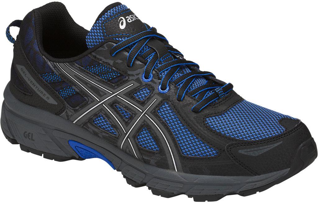 Кроссовки мужские Asics Gel-Venture 6, цвет: черный, синий. T7G1N-4545. 7H (39)T7G1N-4545Мужские беговые кроссовки Gel-Venture 6 от Asics обеспечивают идеальную посадку и комфорт. Подходят для разных ландшафтов. Конструкция верха с технологией FluidFit представляет собой дышащую сетку с синтетическими накладками для поддержки и укрепления. Снизу конструкция укреплена слоем из искусственной кожи, позволяющим преодолевать лужи. Подошва выполнена из износостойкой резины со специальным протектором, который обеспечивает качественное сцепление с поверхностью в моменты спусков и подъемов на всех типах трасс. Технология AHAR - высококачественная вспененная резина повышенной износостойкости продлевает срок службы обуви. Trail Specific Outsole - специальная подошва для бездорожья создает особый комфорт за счет реверсивного протектора, который обеспечивает хорошее сцепление с поверхностью бездорожья. Технология Rearfoot GEL - специальный вид силикона ASICS гель в пятке, отлично справляющийся с функцией поглощения ударов и снижения нагрузки на пятку, колени и позвоночник спортсмена. Ударопрочная колодка California поддерживает стопу независимо от неровностей поверхности. Верх прострочен по кайме стельки EVA и напрямую закреплен на средней подошве. Съемная уплотненная стелька выполнена из легкого EVA-материала, она может быть извлечена для замены на ортопедическую.