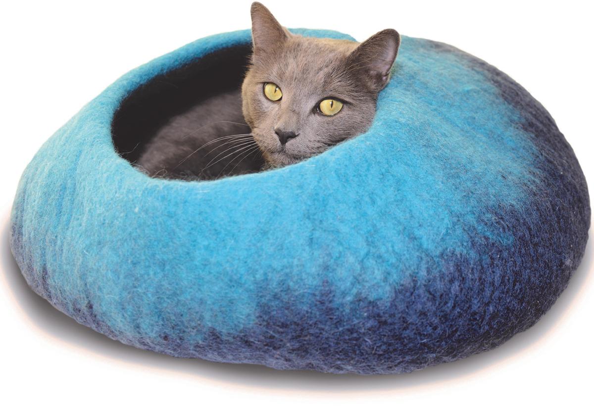 Домик для животных Dharma Dog Karma Cat Омбре, цвет: синий, бирюзовый10002Домик бренда Dharma Dog Karma Cat идеально подойдет к любому интерьеру! Благодаря своей форме, они обеспечивают безопасное и теплое убежище, и помогают питомцу чувствовать себя в безопасности.Гималайская шерсть, используемая при изготовлении домиков, не очищается химически, поэтому в ней содержится много ланолина. Ланолин - это натуральное масло, уникальное для шерсти овец, ведь его запах напоминает кошкам запах их матери. Масло ланолина полезно для подушечек лап и помогает сохранить шерсть здоровой и блестящей! Техника изготовления продукции бренда Dharma Dog Karma Cat называется «Мокрый войлок» - она включает в себя натуральное мыло, воду, шерсть и только натуральные нетоксичные красители. Все изделия изготавливаются вручную в Непале. Каждая покупка поддерживает труд ремесленников и их семьи, помогая сохранить традиции древнего ремесла. Инструкция по уходу прилагается к каждому изделию.