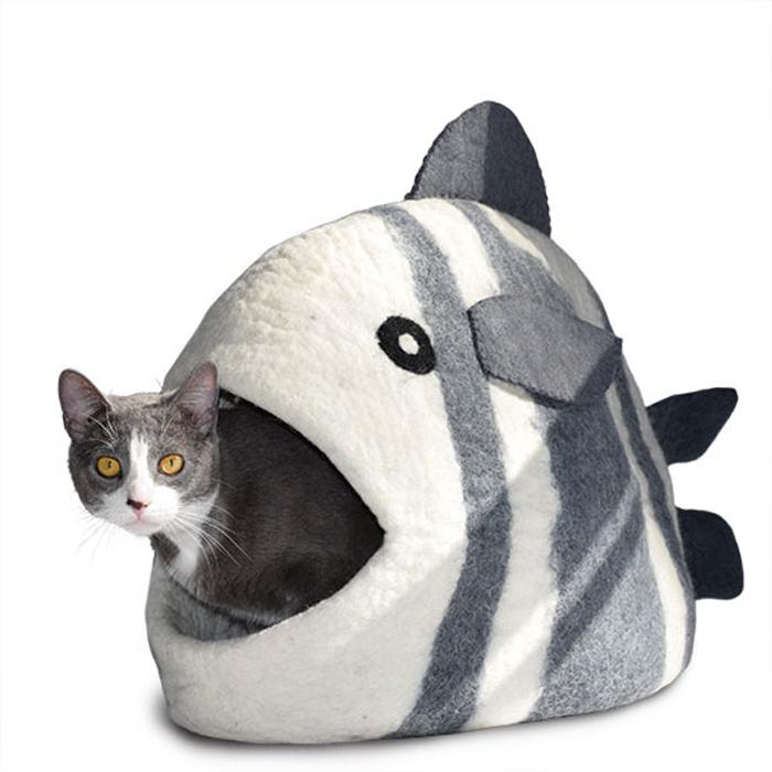Домик для животных Dharma Dog Karma Cat Рыба, цвет: белый, серый10504Домик бренда Dharma Dog Karma Cat идеально подойдет к любому интерьеру! Благодаря своей форме, они обеспечивают безопасное и теплое убежище, и помогают питомцу чувствовать себя в безопасности.Гималайская шерсть, используемая при изготовлении домиков, не очищается химически, поэтому в ней содержится много ланолина. Ланолин - это натуральное масло, уникальное для шерсти овец, ведь его запах напоминает кошкам запах их матери. Масло ланолина полезно для подушечек лап и помогает сохранить шерсть здоровой и блестящей! Техника изготовления продукции бренда Dharma Dog Karma Cat называется «Мокрый войлок» - она включает в себя натуральное мыло, воду, шерсть и только натуральные нетоксичные красители. Все изделия изготавливаются вручную в Непале. Каждая покупка поддерживает труд ремесленников и их семьи, помогая сохранить традиции древнего ремесла. Инструкция по уходу прилагается к каждому изделию.