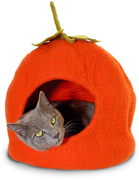 Домик для животных Dharma Dog Karma Cat Тыква10801Домик бренда Dharma Dog Karma Cat идеально подойдет к любому интерьеру! Благодаря своей форме, они обеспечивают безопасное и теплое убежище, и помогают питомцу чувствовать себя в безопасности.Гималайская шерсть, используемая при изготовлении домиков, не очищается химически, поэтому в ней содержится много ланолина. Ланолин - это натуральное масло, уникальное для шерсти овец, ведь его запах напоминает кошкам запах их матери. Масло ланолина полезно для подушечек лап и помогает сохранить шерсть здоровой и блестящей! Техника изготовления продукции бренда Dharma Dog Karma Cat называется «Мокрый войлок» - она включает в себя натуральное мыло, воду, шерсть и только натуральные нетоксичные красители. Все изделия изготавливаются вручную в Непале. Каждая покупка поддерживает труд ремесленников и их семьи, помогая сохранить традиции древнего ремесла. Инструкция по уходу прилагается к каждому изделию.